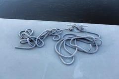 Ein Schiffspoller mit gefrorenem Seil auf einem konkreten Landungsplatz Lizenzfreie Stockfotos
