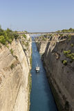 Ein Schiffssegeln durch den Korinth-Kanal Griechenland lizenzfreies stockfoto