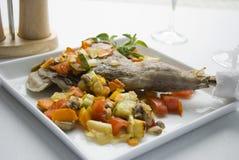 Ein Schinken des Lamms mit Gemüse auf einer weißen Platte Stockbild