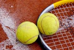 Ein Schläger und eine Tenniskugel Stockfotos