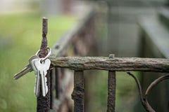 Ein Schlüsselbund hängend am verrosteten Zaun des Grabs in lizenzfreies stockbild