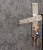 Ein Schlüsselbund im Türschloss Lizenzfreie Stockfotografie