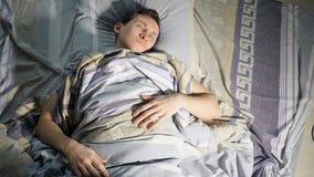 Ein schlafender Mann und sehen Albtraum stock footage