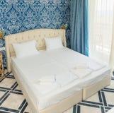 Ein Schlafzimmer in einem Fünf-Sternehotel im Dorf von Kranevo, Bulgarien stockbilder