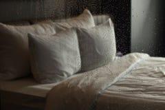 Ein Schlafzimmer gesehen von der Dusche Stockfotos