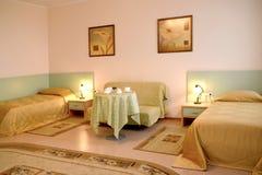 Ein Schlafzimmerinnenfragment in der klassischen Art Lizenzfreies Stockbild
