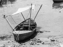 Ein schlechtes hölzernes Boot auf dem Strand Lizenzfreie Stockfotografie