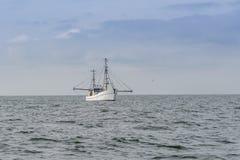 Ein schleppendes Fischerboot Lizenzfreie Stockfotos