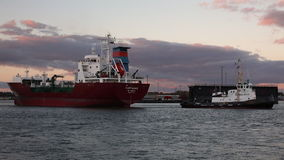 Ein Schlepper bewegt LPG-Tanker Kappagas um den Hafen, Bremerhaven, Deutschland stock video footage