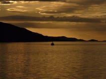 Ein Schleppnetzfischer geht, Loch-Besen nahe Ullapool, Schottland zurück Lizenzfreie Stockbilder