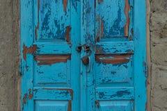 Ein Schließfach für zwei alte blaue Türen in einem Dorfgebiet in Moldau Stockbild