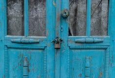Ein Schließfach für zwei alte blaue Türen in einem Dorfgebiet in Moldau Lizenzfreies Stockfoto