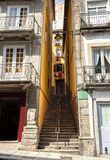Ein schmaler Durchgang mit Treppe zwischen den Häusern in der alten Stadt von Bezirk Porto Ribeira, Portugal lizenzfreie stockfotos