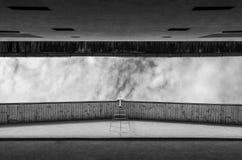Ein schmaler Streifen des bewölkten Himmels gesehen vom Gebrüll zwischen zwei hohen Stadtgebäuden Lizenzfreies Stockfoto