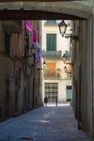 Ein schmaler Weg mit Laternen in der Mitte des gotischen Viertels von Barcelona Stockbild