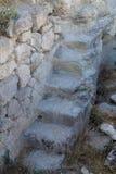 Ein schmales Steintreppenhaus, das zu die Zäune der Festung führt Stockbilder