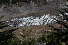 Ein schmelzender Gletscher versteckt weg unter eine Schicht Felsen und Boden im Patagonia lizenzfreie stockbilder