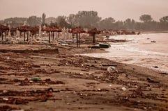 Ein schmutziger beschmutzter Strand stockbild