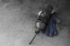 Ein schmutziger Handschuh hält schmutzige Flasche des Motoröls Lizenzfreie Stockbilder