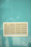 Ein schmutziges weißes Ventilationsfenster Stockfotografie