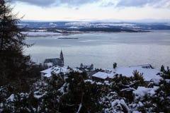 Ein Schnee bedeckte kleines Fischerdorf in nordwestlich von Schottland lizenzfreie stockbilder