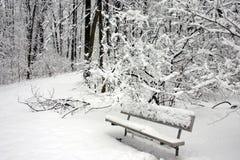 Ein Schnee deckte Parkbank ab Stockfotos