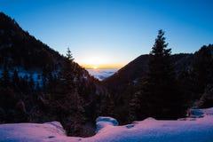 Ein schneebedeckter Berg bei Sonnenaufgang stockfotografie