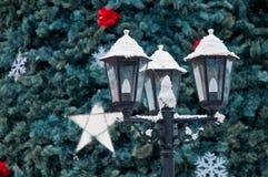 Ein schneebedeckter Stadtlicht- und -weihnachtsbaum Lizenzfreie Stockbilder