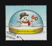 ein Schneemann in einer Schnee-Haube Lizenzfreie Stockfotos
