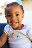 Ein schönes Afroamerikaner-Schätzchenlächeln Stockfoto