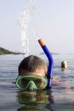 Ein schnorchelndes Schlagwasser des europäischen Mannes auf dem Meer a Stockbilder
