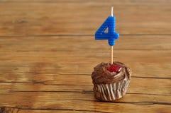 Ein Schokoladenkleiner kuchen mit einer Geburtstagskerze Stockfotos
