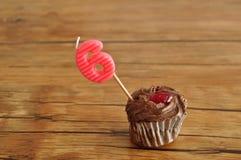 Ein Schokoladenkleiner kuchen mit einer Geburtstagskerze Stockbild