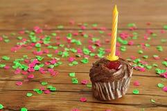 Ein Schokoladenkleiner kuchen mit einer Geburtstagskerze Lizenzfreies Stockfoto