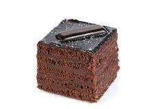 Ein Schokoladenkuchen gegen weißen Hintergrund Stockbilder