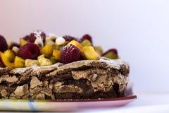 Ein Schokoladenkuchen mit frischen Früchten und Mandel Stockbild