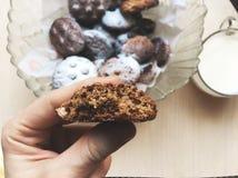 Ein Schokoladenlebkuchen und -milch lizenzfreies stockbild