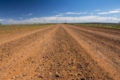 Ein Schotterweg der Oodnadatta-Bahn im Hinterland von Australien Stockbild