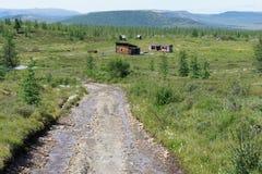 Ein Schotterweg, der zum Bergwerk im Tal der Berge von Ost-Sayan kam lizenzfreie stockfotos