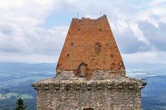 Ein schräges Dach, errichtet von gebrannten Ziegelsteinen Stockfotos