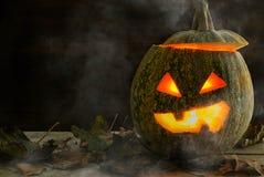 Ein schrecklicher Kürbis für einen Feiertag von Halloween in einem zurückhaltenden Lizenzfreie Stockfotografie