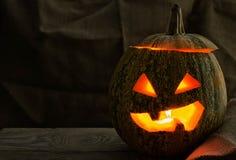 Ein schrecklicher Kürbis am Feiertag von Halloween auf der alten Baumtabelle Stockfotos