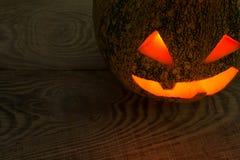 Ein schrecklicher Kürbis am Feiertag von Halloween auf der alten Baumtabelle Lizenzfreie Stockfotos