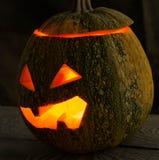Ein schrecklicher Kürbis am Feiertag von Halloween auf der alten Baumtabelle Lizenzfreie Stockfotografie
