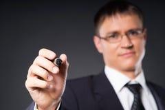 Ein Schreiben des intelligenten Geschäftsmannes mit einer Markierung auf dem Schirm Lizenzfreie Stockfotografie