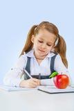 Ein Schreiben des kleinen Mädchens lizenzfreie stockfotografie