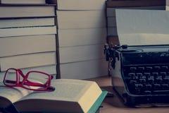 Ein Schreibtisch voll von Büchern Stockfoto