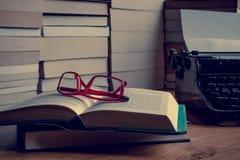 Ein Schreibtisch voll von Büchern Lizenzfreie Stockfotografie