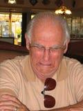 Ein schreiender älterer Bürger. Stockbild