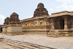 Ein Schrein im links, das Hauptheiligtum in der Mitte und ein Eingang zum ardh-mandapa auf dem Recht, Krishna Temple, Hampi, Karn stockfoto